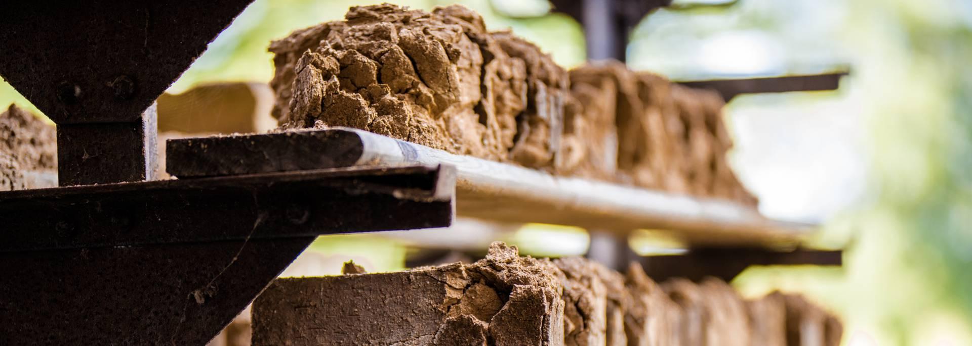 Le séchage des briques avant cuisson à la Briqueterie, Ciry-le-Noble. © Franck Juillot.