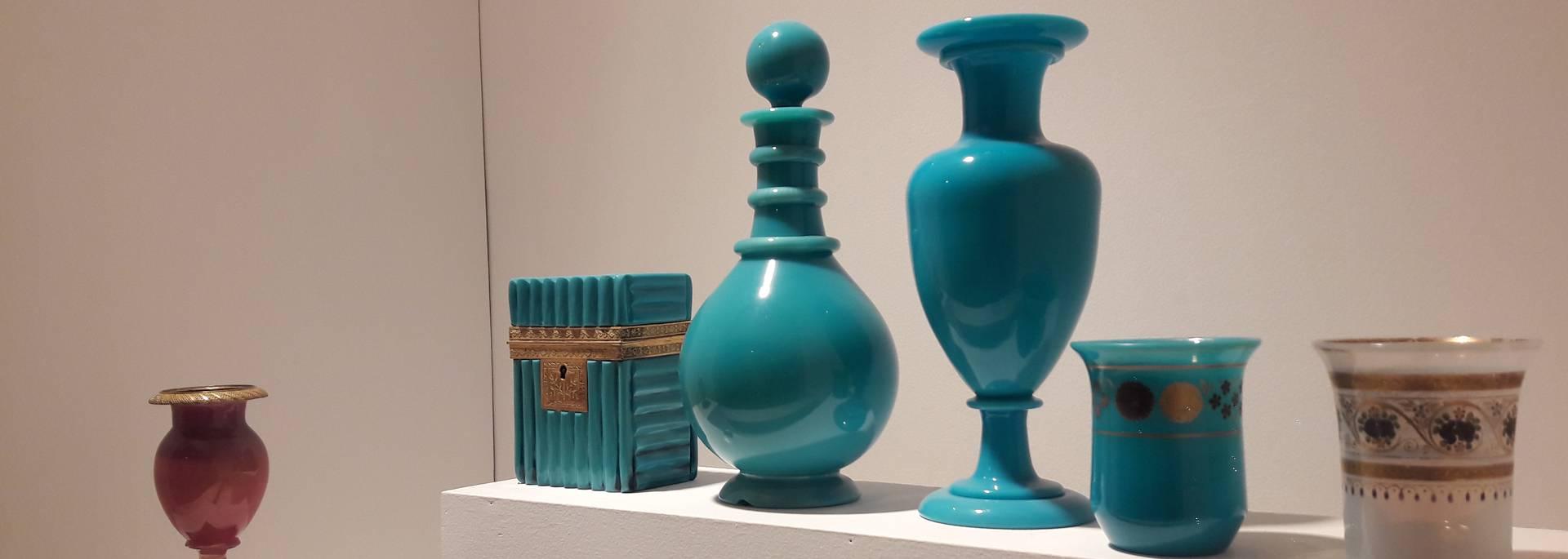 Exemples d'opalines au Musée de l'homme et de l'industrie, Le Creusot. © Creusot Montceau Tourisme.
