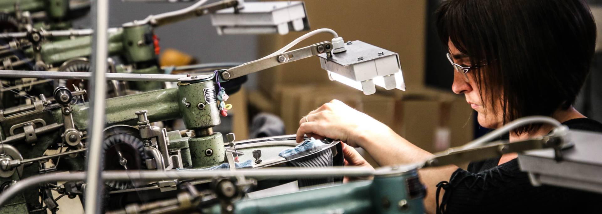 Remmaillage à la main de chaussettes à la Manufacture Perrin, Montceau-les-Mines. © Lesley Williamson.
