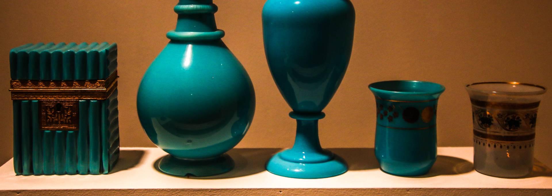 Exemples d'opalines au Musée de l'homme et de l'industrie, Le Creusot. © Lesley Williamson.