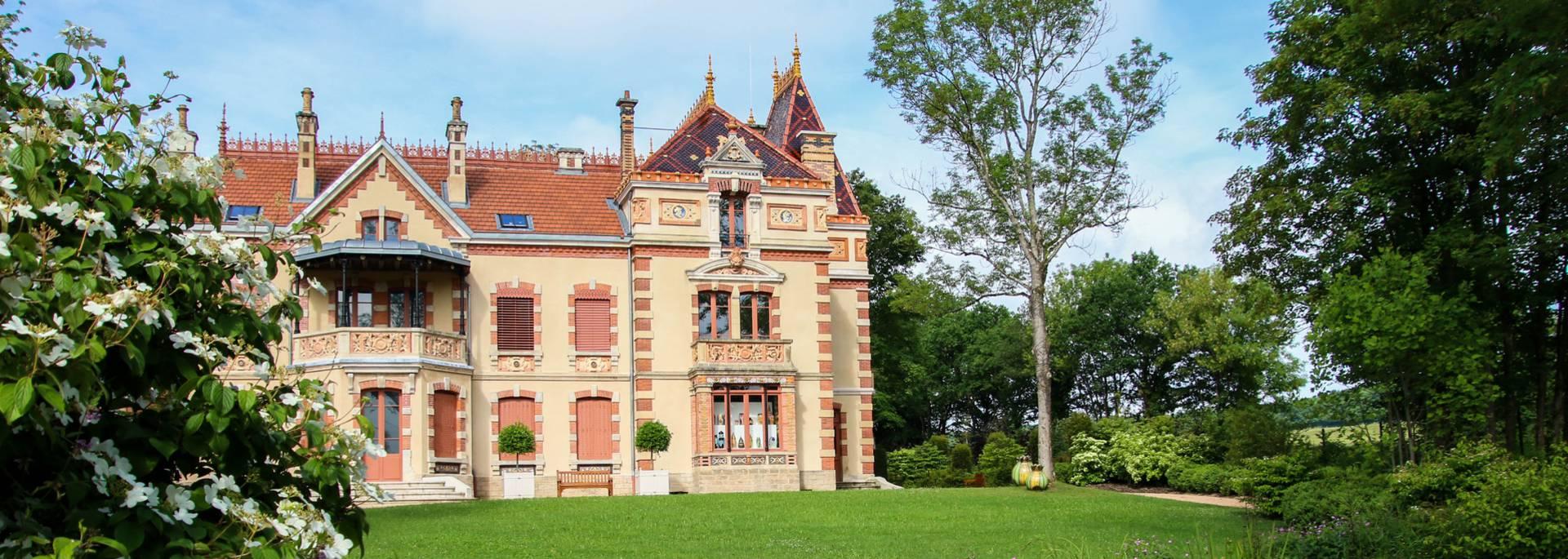 Façade principale et jardin de la Villa Perrusson, Écuisses. © Lesley Williamson.