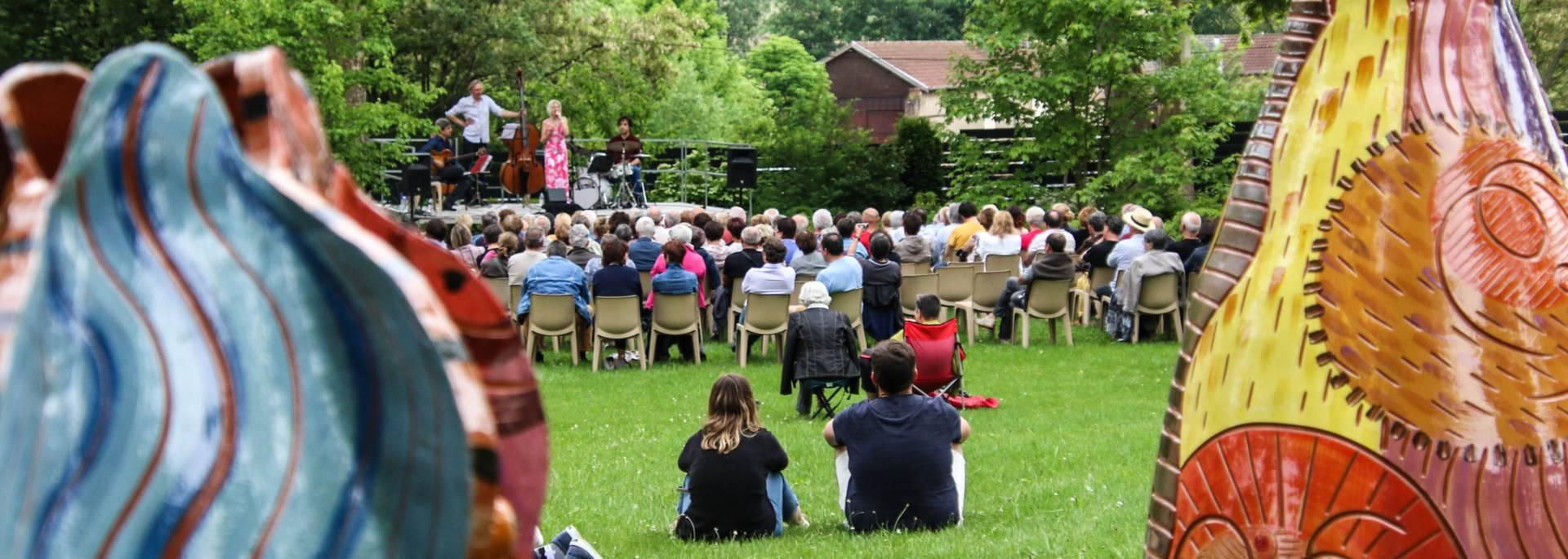 Concert dans le jardin de la Villa Perrusson, Écuisses. © Lesley Williamson.