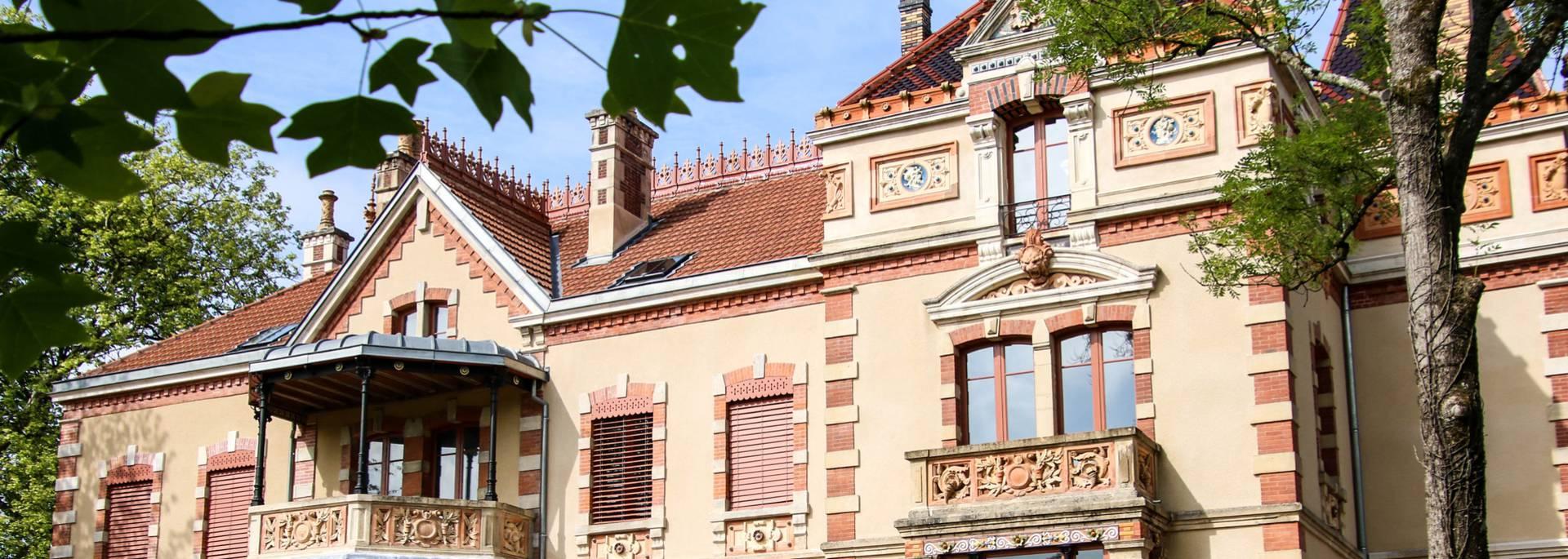Façade principale de la Villa Perrusson, Écuisses. © Lesley Williamson.