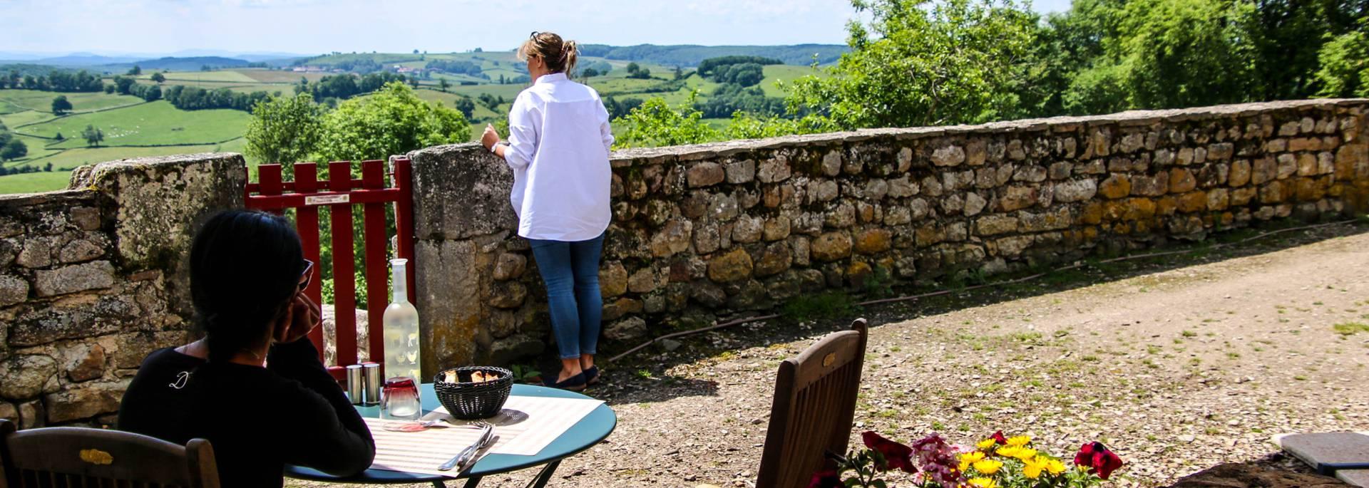 Profiter du paysage depuis une terrasse, Gourdon. © Lesley Williamson.