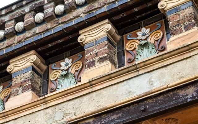 Détail d'une façade avec des céramiques émaillées, Écuisses. © Lesley Williamson.