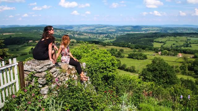 Deux personnes admirent le paysage depuis la colline de Mont-Saint-Vicnent.