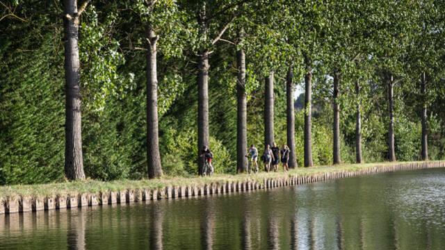 La Voie Verte longeant le canal du Centre à Écuisses. © Lesley Williamson.