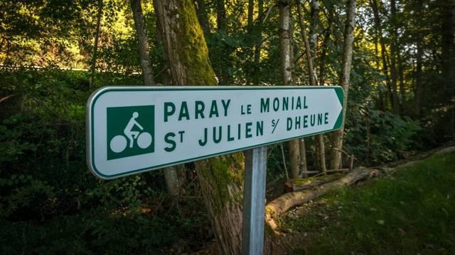 Pancarte EuroVelo6, Saint-Julien-sur-Dheune. © Oscara Photographe, Creusot montceau Tourisme.