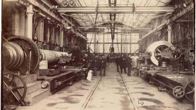 Vue d'intérieur d'un atelier d'usinage (gros tours et foreuses) aux usines du Creusot en 1881. © CUCM, document Écomusée, reproduction D. Busseuil.