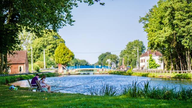 Au bord du canal du Centre, Ciry-le-Noble. © Franck Juillot.
