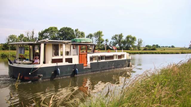 En bateau sur le canal du Centre. © Lesley Williamson.