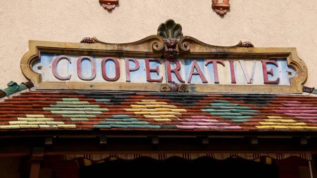 Détail de la façade de l'ancienne coopérative, Écuisses. © Lesley Williamson.