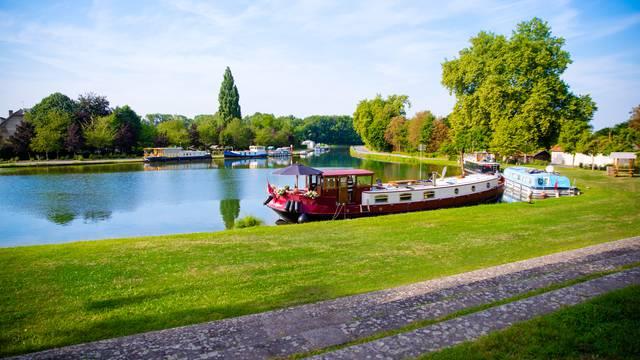 Le bassin du canal à Génelard.