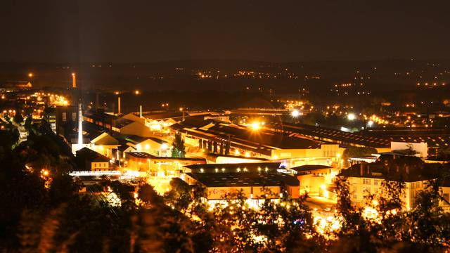 Le site industriel du Creusot de nuit. © Lesley Williamson.