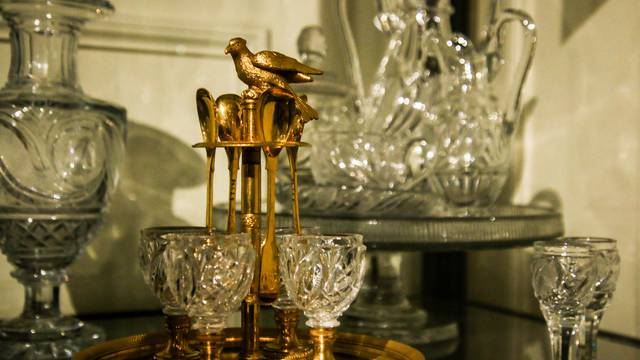 Exemple de service en cristal du Creusot au Musée de l'homme et de l'industrie, Le Creusot. © Lesley Williamson.