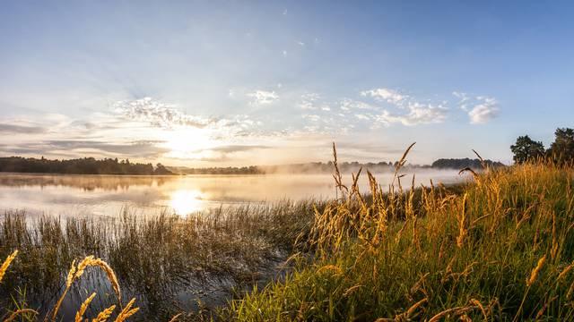 Lever de soleil sur le lac de la Sorme. © Xavier Spertini.