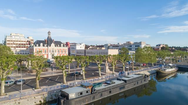 Le canal et l'hôtel de ville, Montceau-les-Mines. © Xavier Spertini.