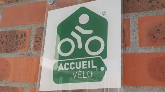 Plaque accueil vélo à l'entrée du Bureau d'Information Touristique de Montceau. © Creusot Montceau Tourisme.