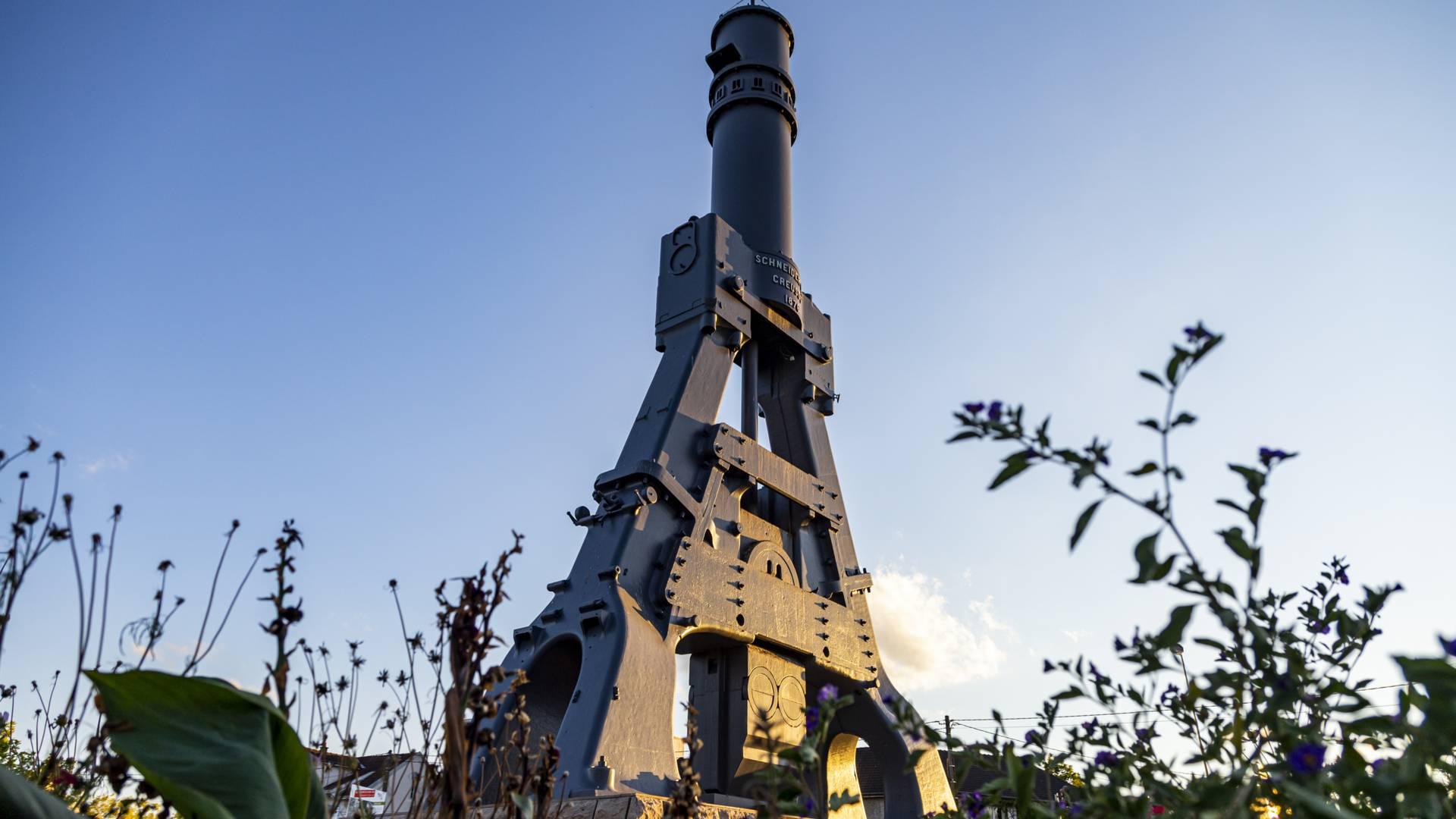 Le marteau-pilon, carrefour du 8 Mai 1945, Le Creusot. © Lesley Williamson.
