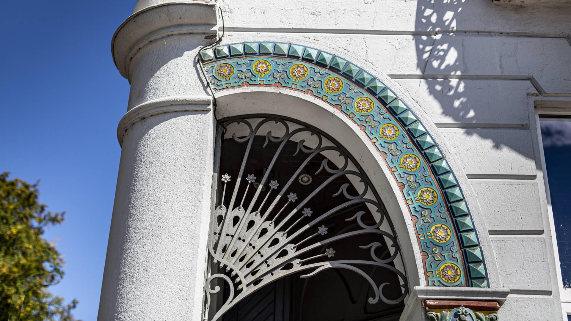 Le Creusot, détail de la façade de l'Hôtel 19 Cent. © Lesley Williamson.