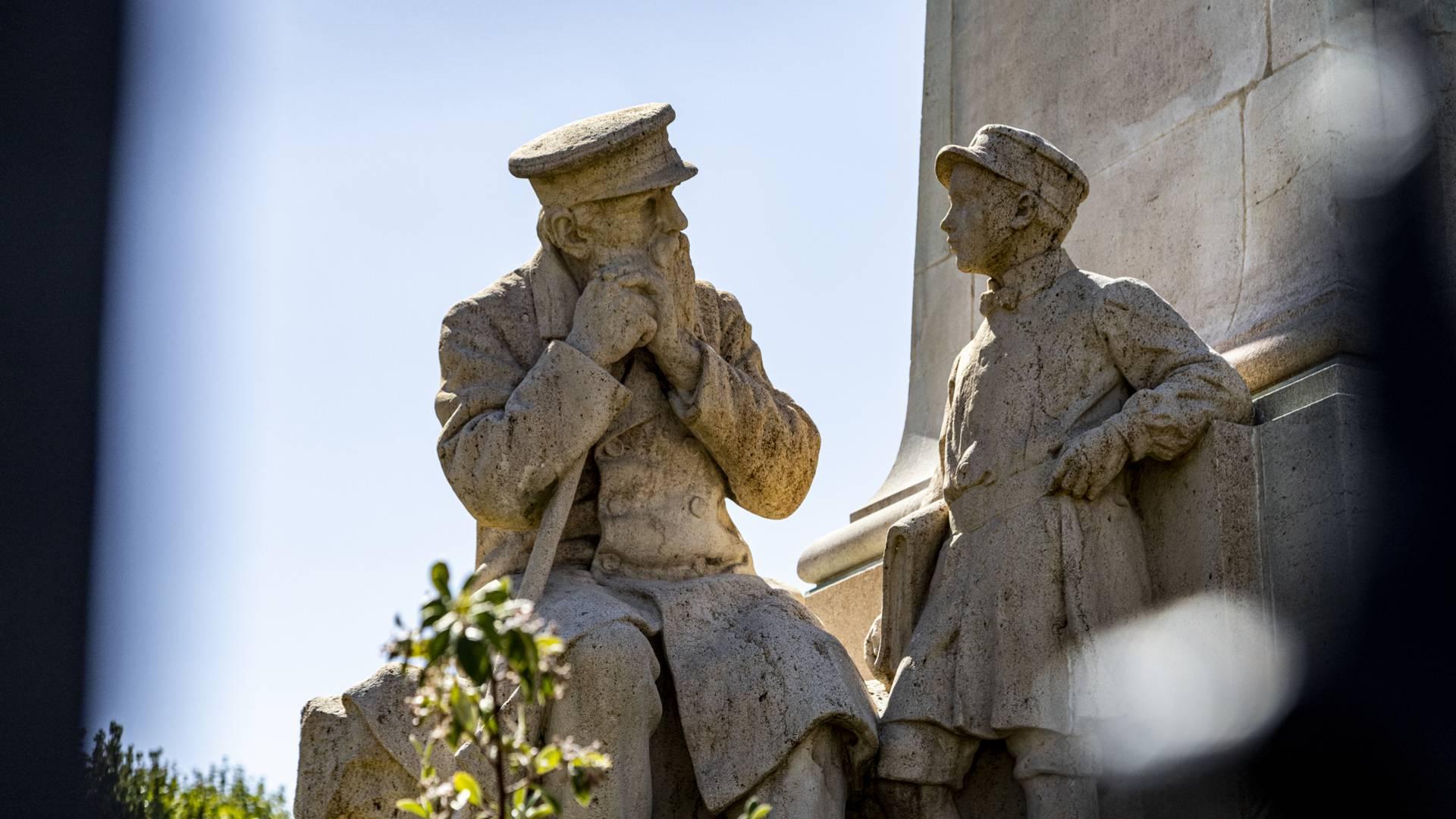 Détail du monument à Henri Schneider devant l'Hôtel-Dieu du Creusot. © Lesley Williamson.