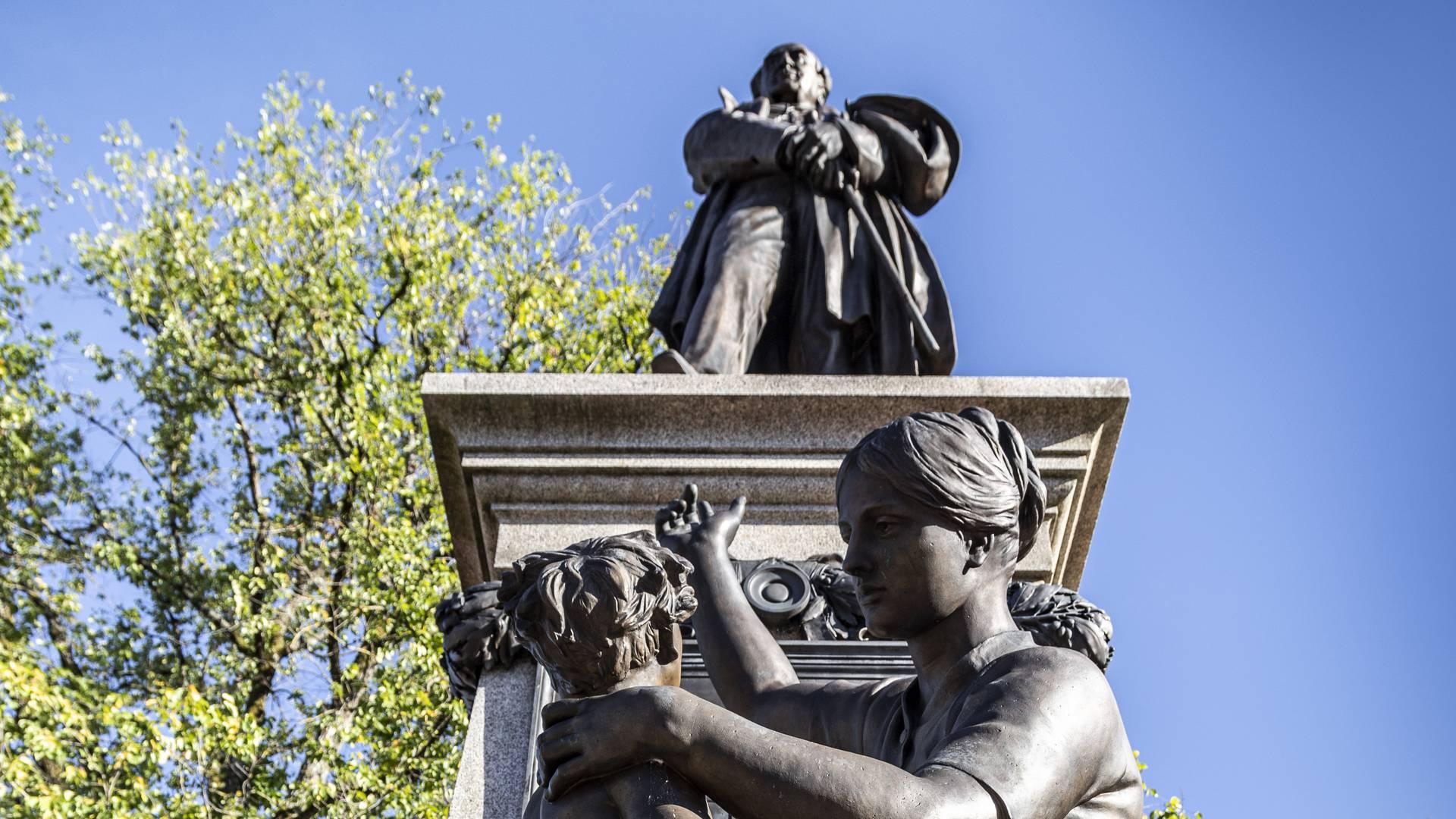 La Reconaissance, statue d'Eugène Ier Schneider, place Schneider, Le Creusot. © Lesley Williamson.