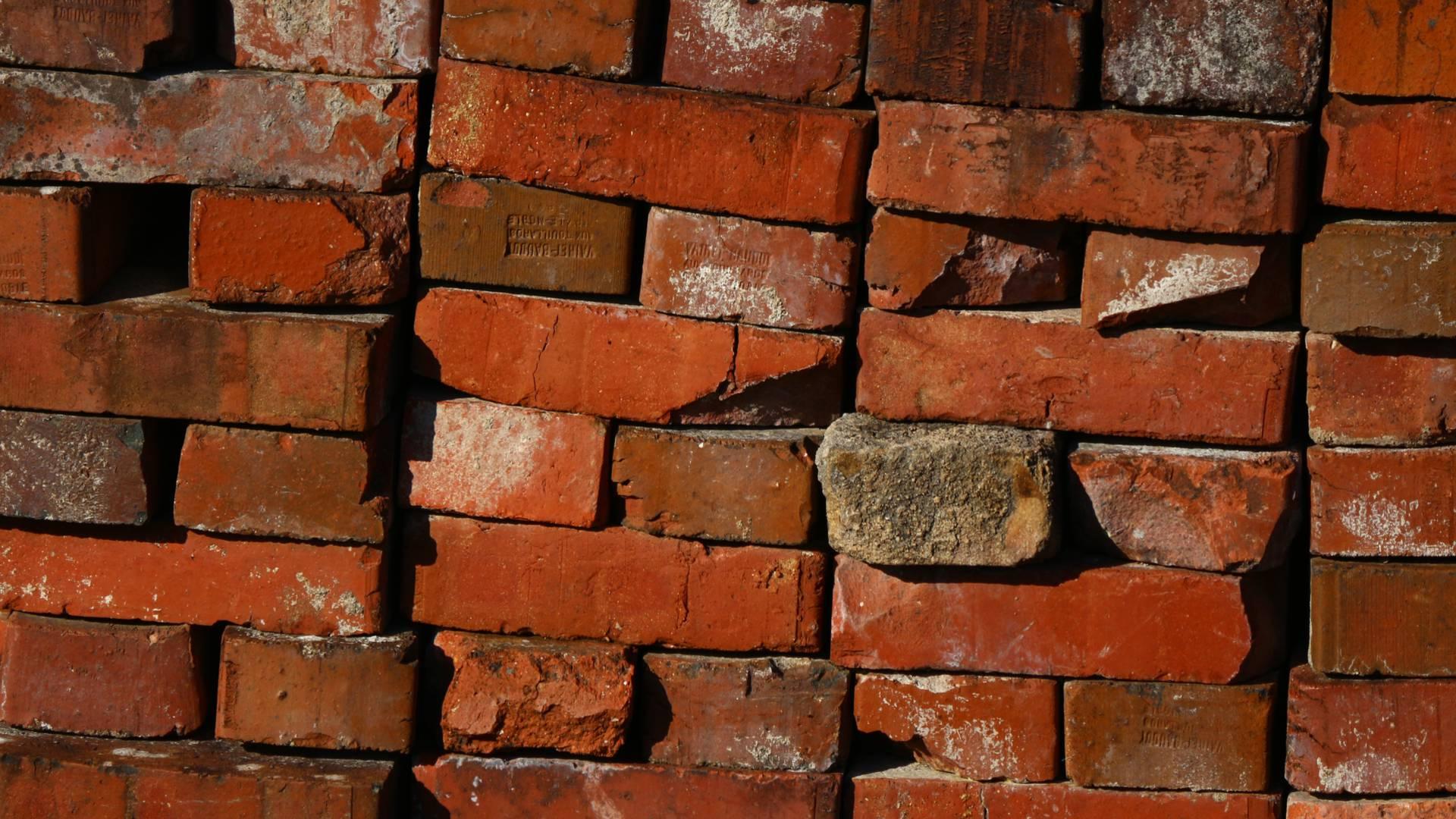 Tas de briques à la Briqueterie, Ciry-le-Noble. © Cyrille Dinant.