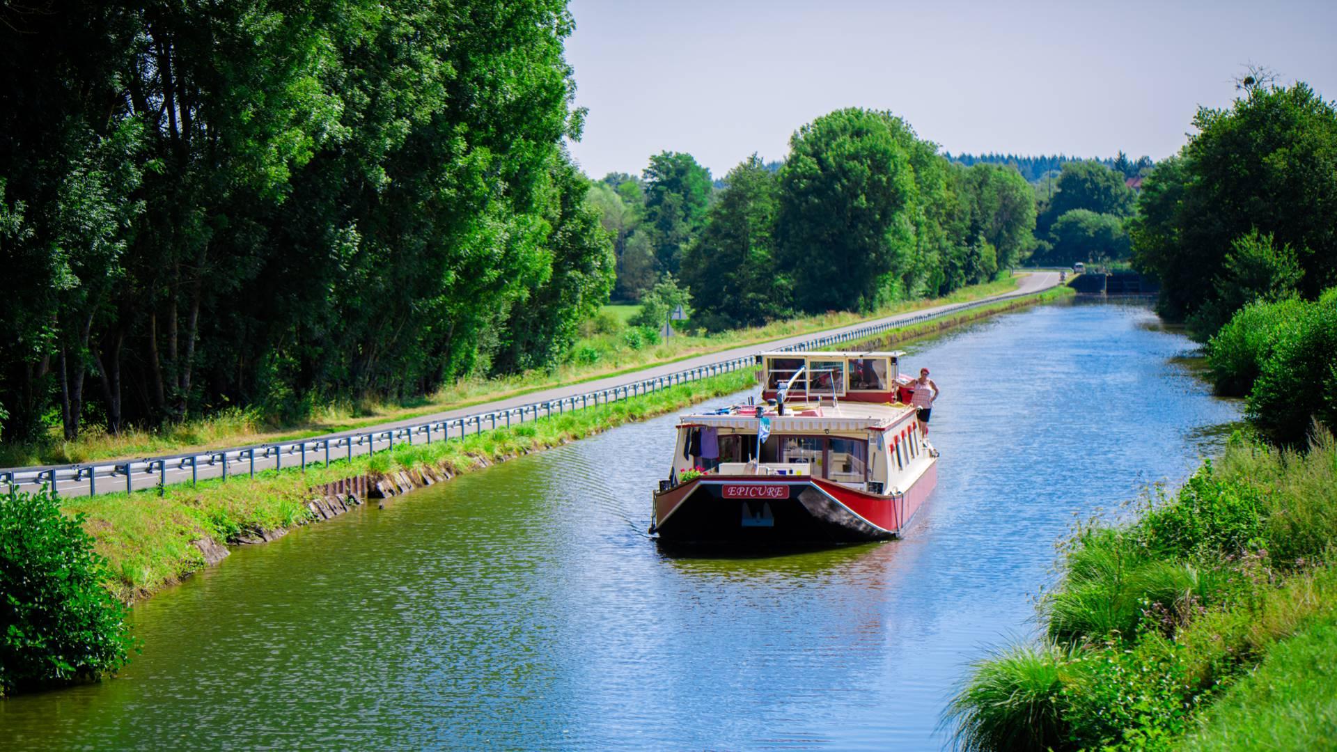 Un bateau sur le canal du Centre. © Franck Juillot.