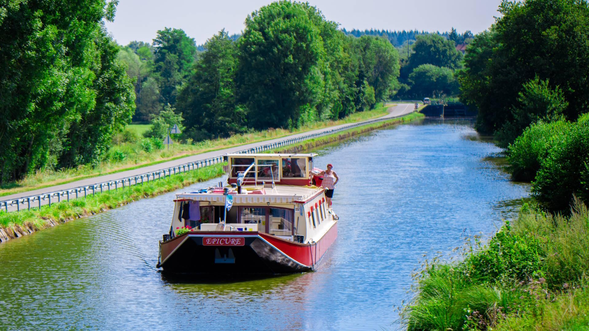 Péniche de plaisance sur e canal du Centre. © Franck Juillot - Creusot Montceau Tourisme.
