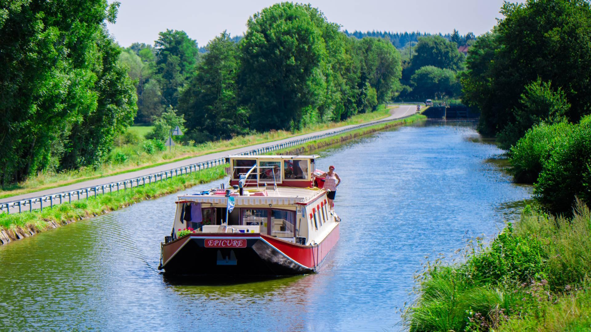 Péniche de plaisance sur le canal du Centre. © Franck Juillot - Creusot Montceau Tourisme.