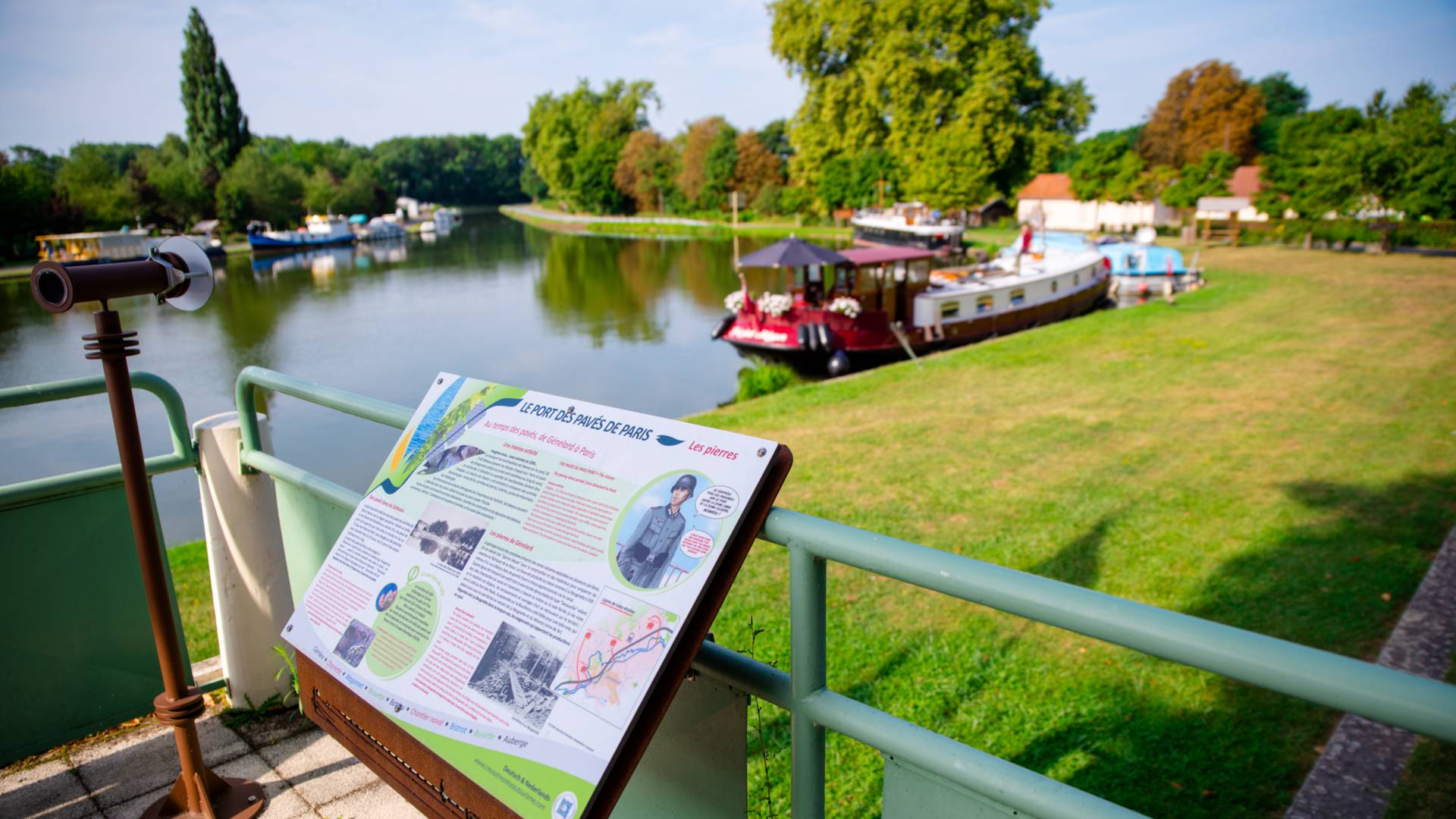 Le sentier d'interprétation de la tranchée du canal à Génelard, avec ses panneaux explicatifs. © Franck Juillot.