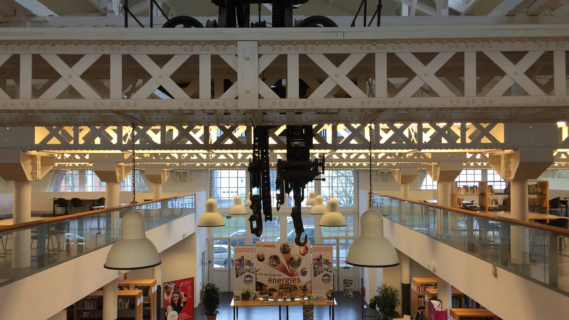 Intérieur de la bibliothèque universitaire, ancienne halle des grues et locomotives, Le Creusot. © Creusot Montceau Tourisme.