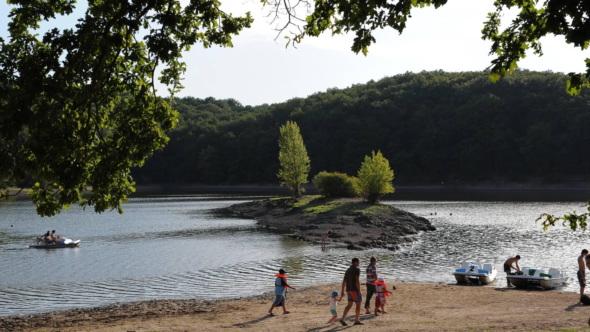 Baignade et pédalo au lac de ontaubry, Le Breuil. © Bruno Le Hir de Fallois.