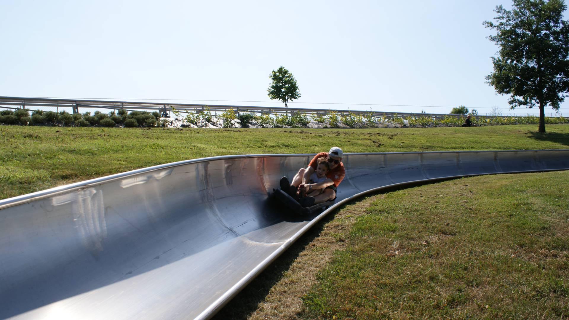 La luge d'été, attrcation historique du Parc des Combes, Le Creusot. © Parc des Combes.