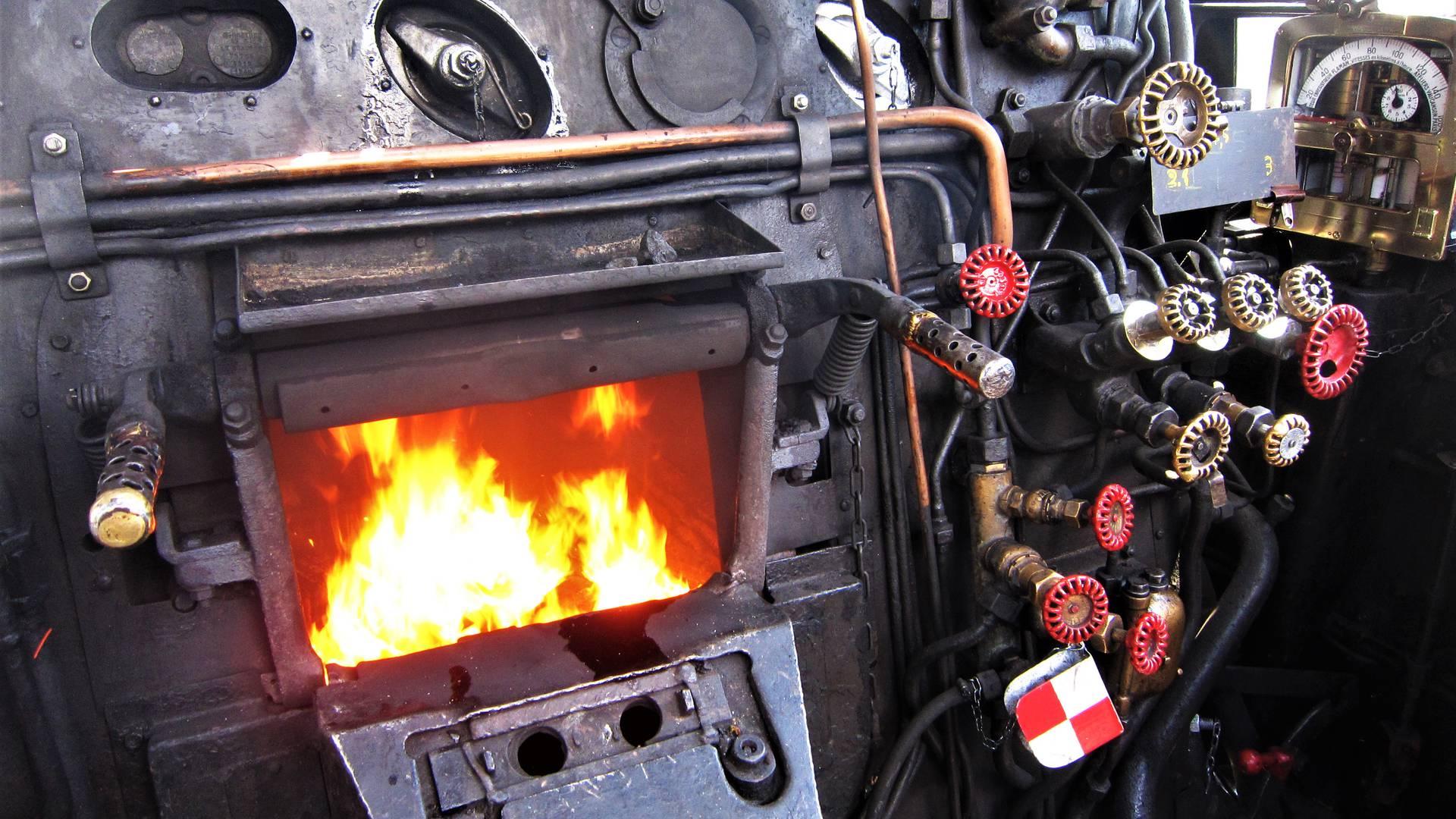 Au charbon ! Détail de la chaudière de la 241 P 17, Le Creusot. © Chemins de Fer du Creusot.