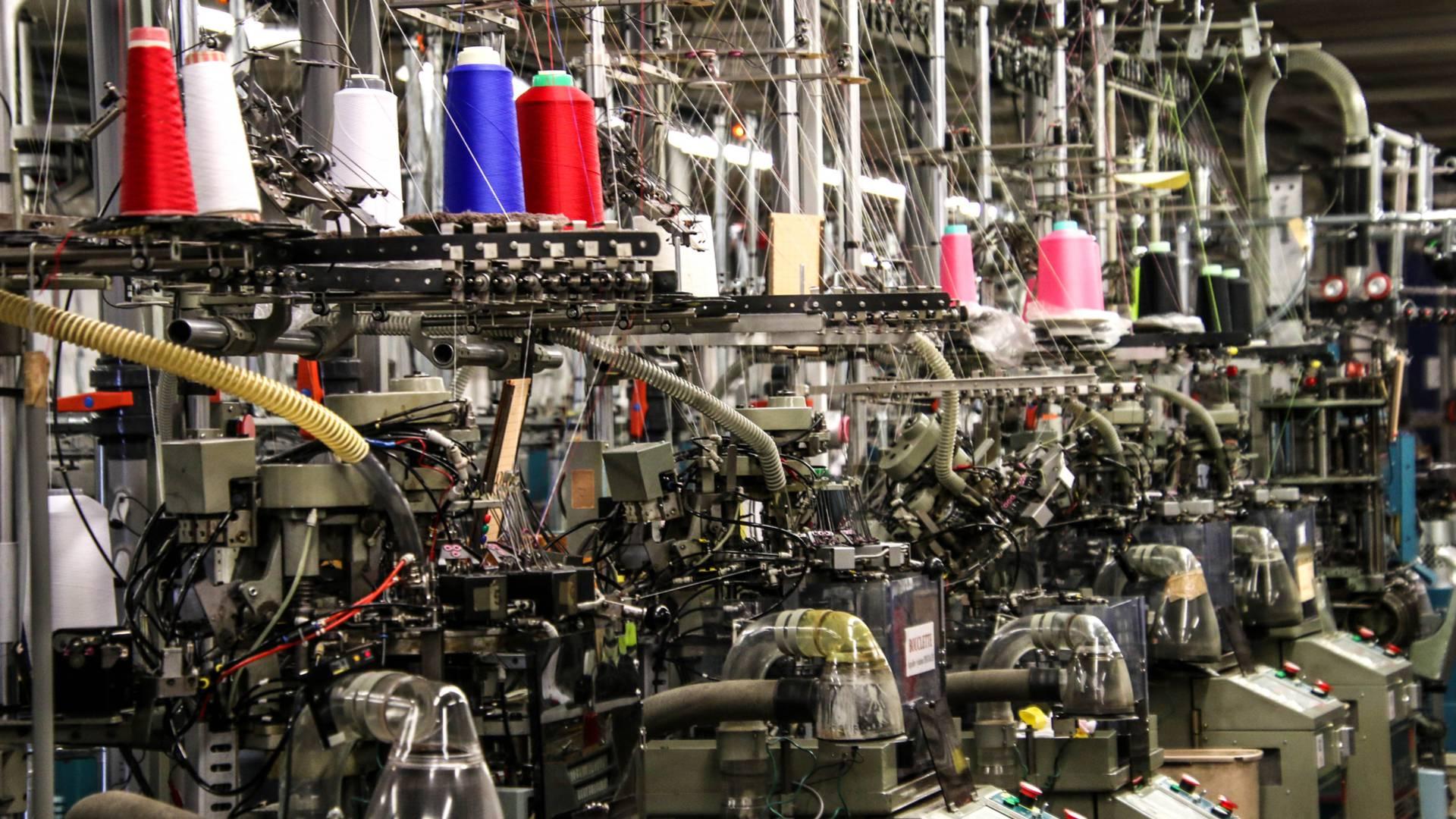 Dans l'atelier de tricotage de la Manufacture Perrin, Montceau-les-Mines. © Lesley Williamson.