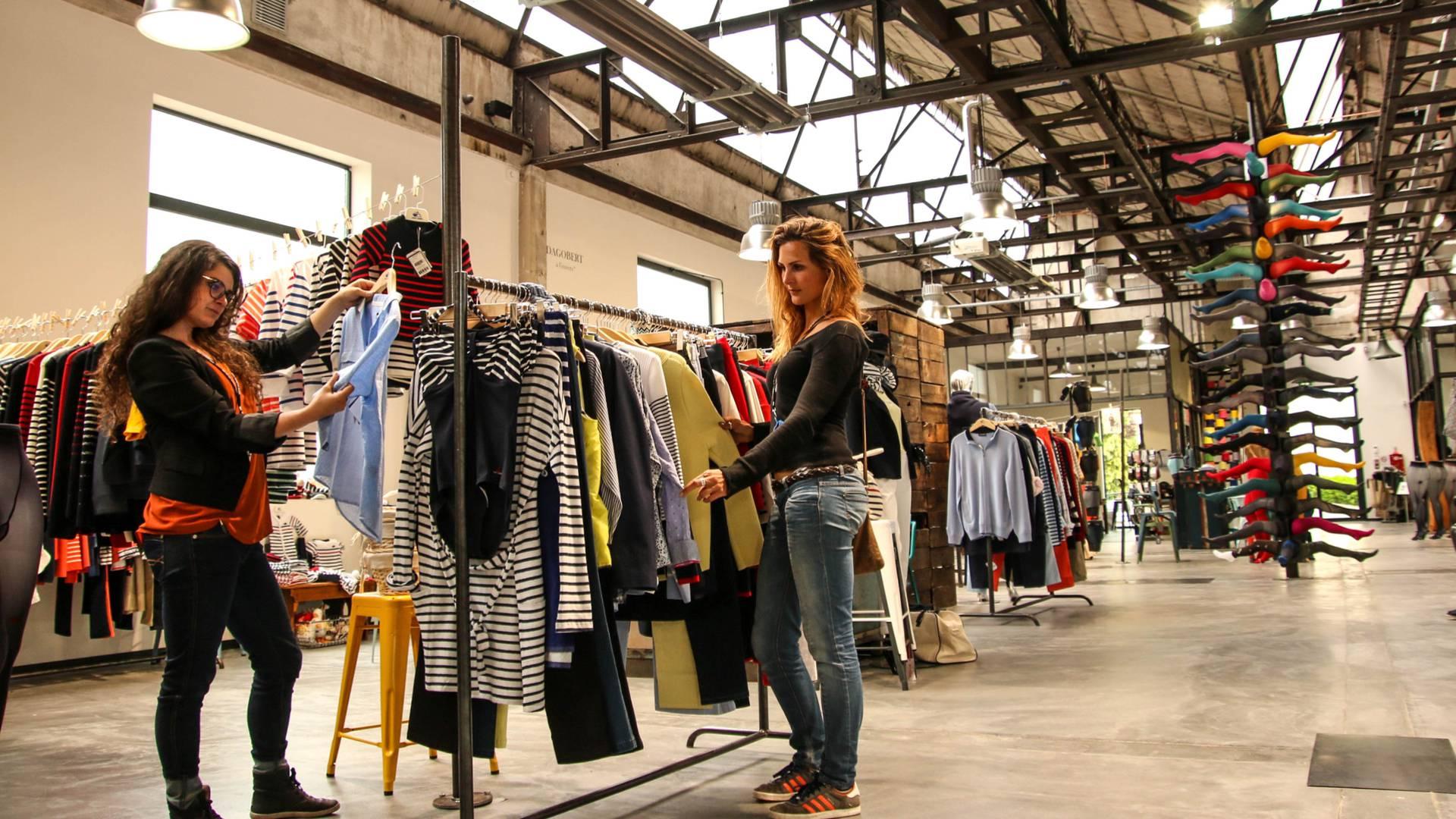 Shopping au magasin d'usine de la Manufacture Perrin, Montceau-les-Mines. © Lesley Williamson.