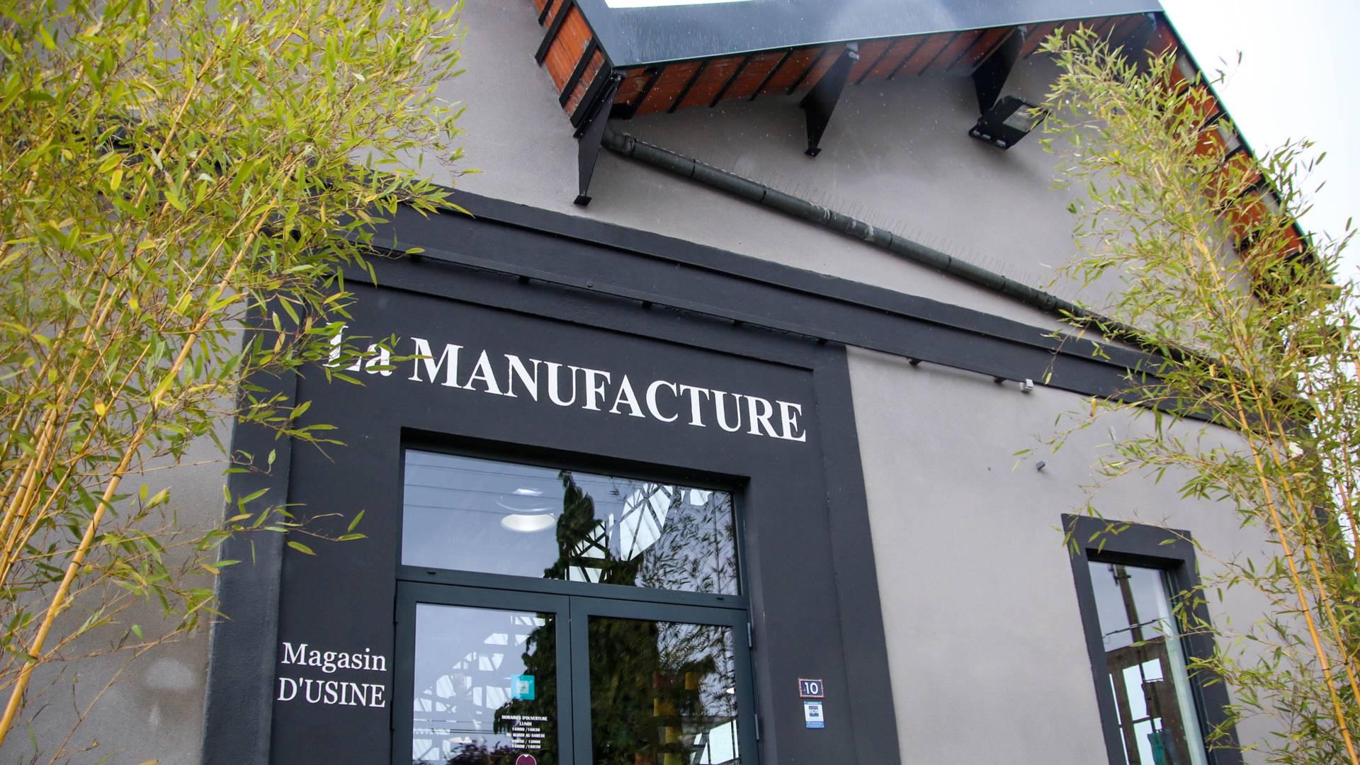 Entrée du magasin d'usine de la Manufacture Perrin, Montceau-les-Mines. © Lesley Williamson.