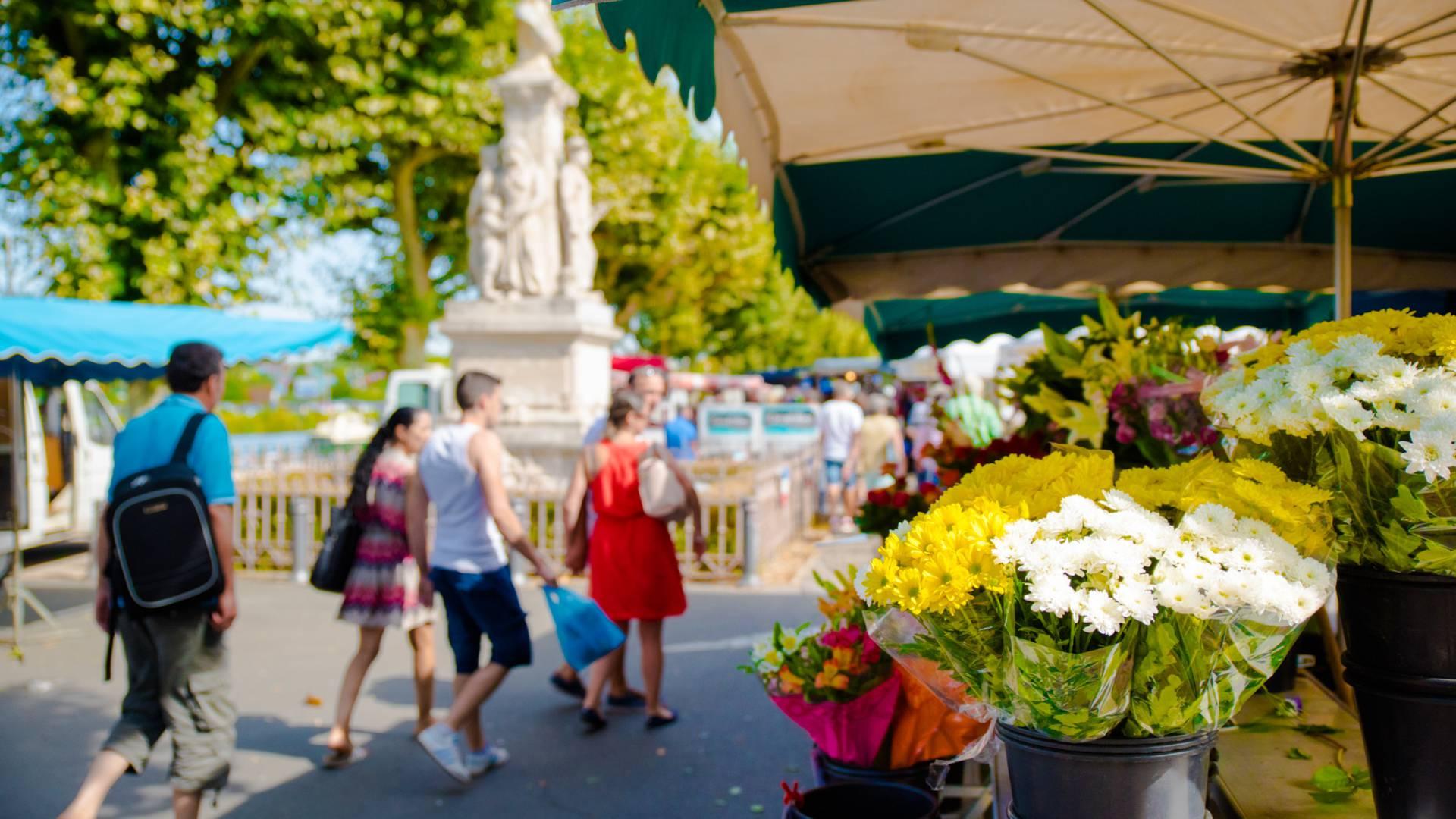 Le marché du samedi matin, quai Général de Gaulle, Montceau-les-Mines. © Franck Juillot.