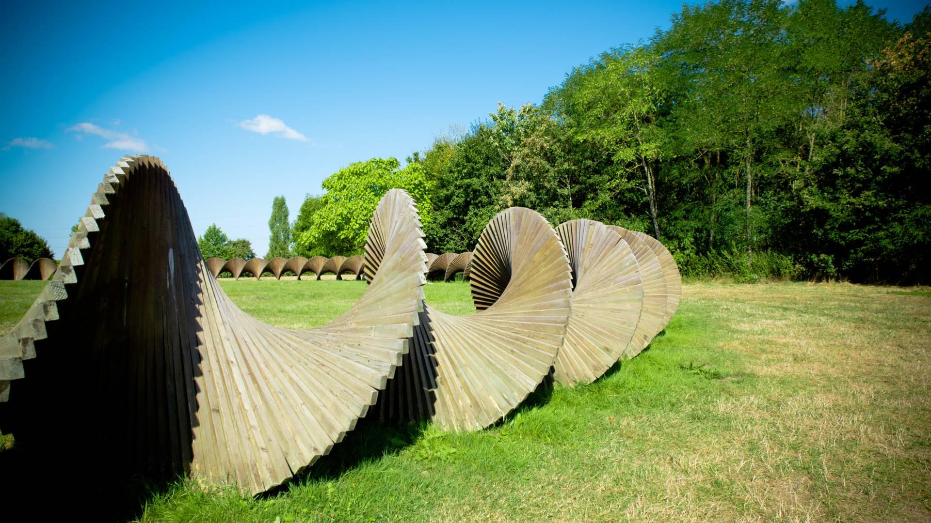 Le Cercle infini, sculpture monumentale de Marc de Roover, à l'entrée du parc Maugrand, Montceau-les-Mines. © Franck Juillot.