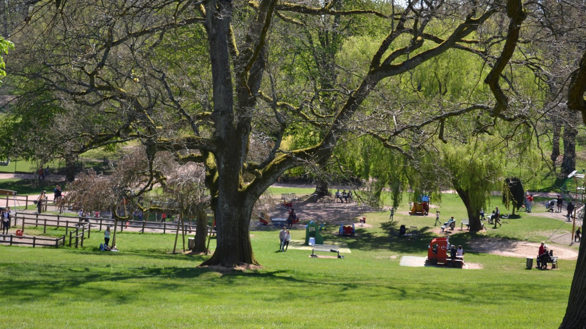 Jeux pour enfants dans le parc de la Verreire, Le Creusot. © Creusot Montceau Tourisme.
