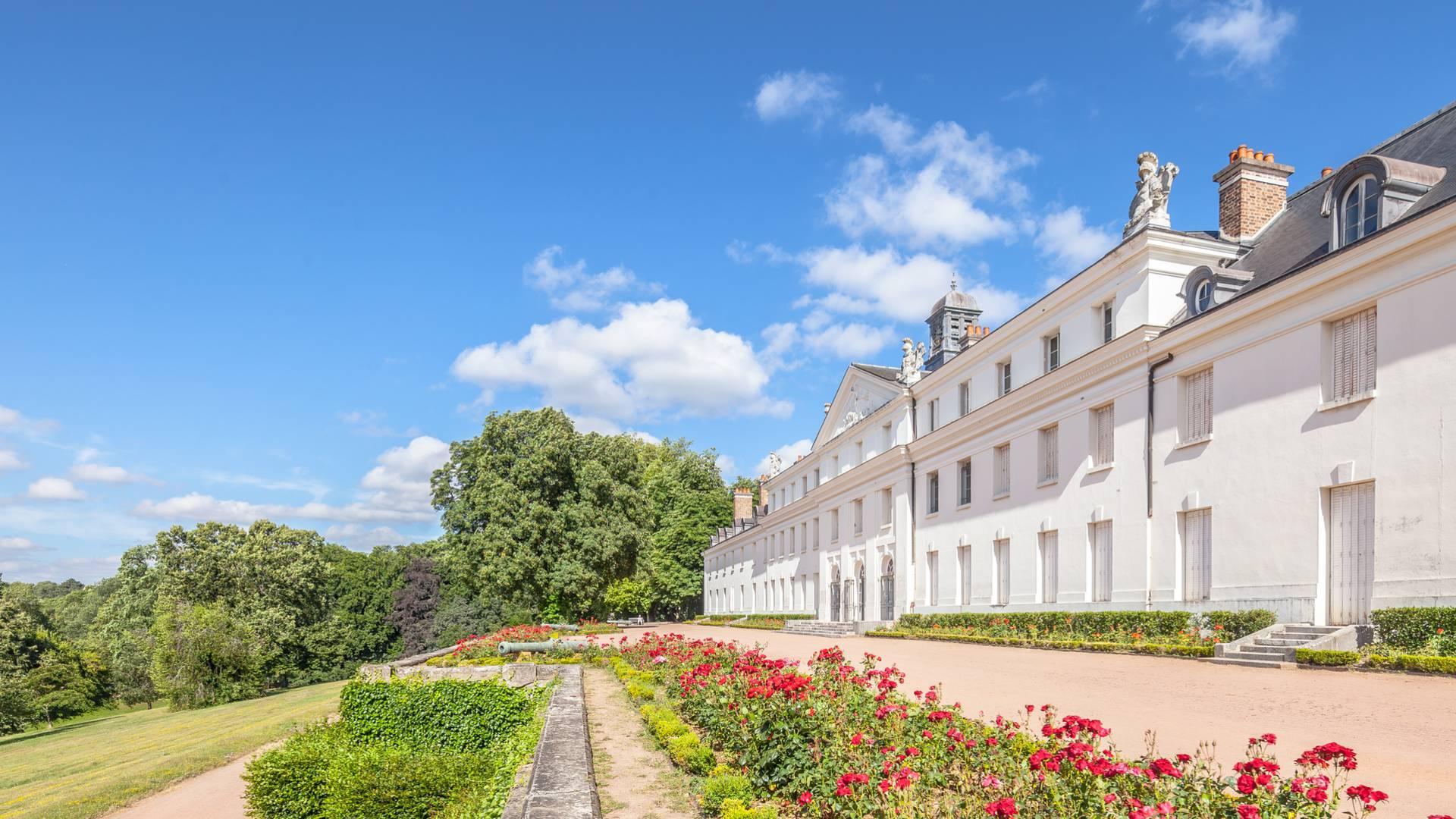 Façade et terrasse du château de la Verrerie, Le Creusot. © Xavier Spertini.