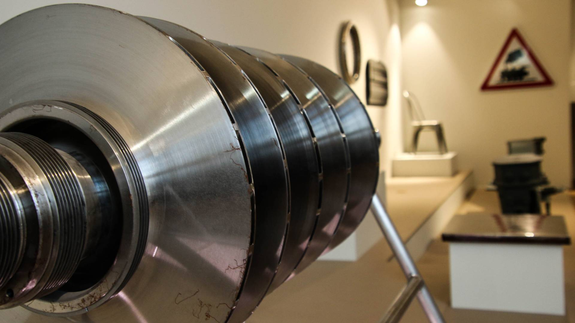Pièce d'une turbine de moteur d'avion au Pavillon de l'Industrie, Le Creusot. © Lesley Williamson.