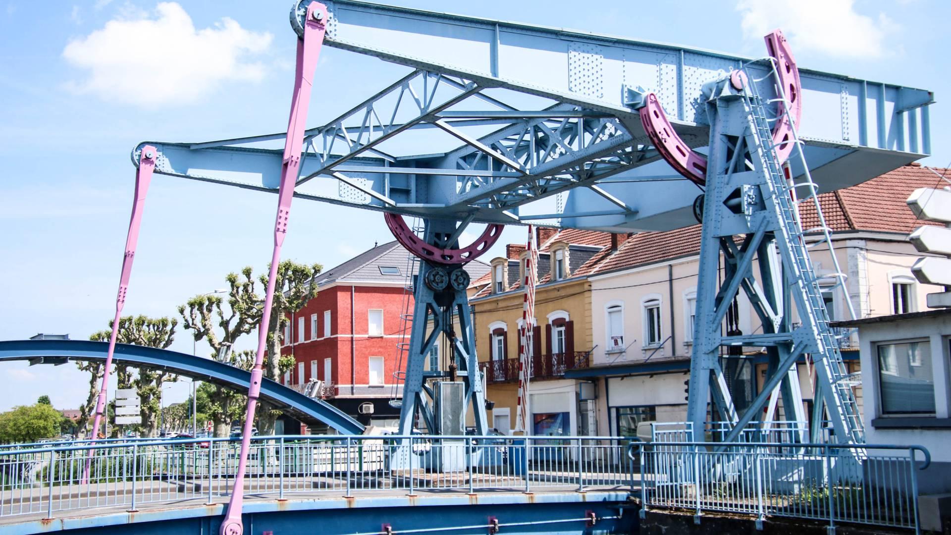 Le pont levant du canal, Montceau-les-Mines. © Lesley Williamson.