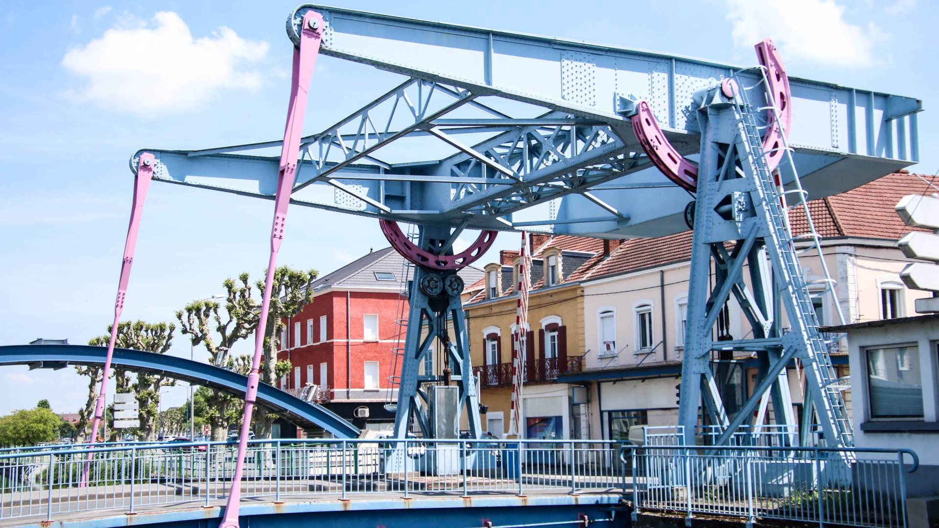Vue du pont levant depuis le quai Jules Chagot, Montceau-les-Mines. © Lesley Williamson.