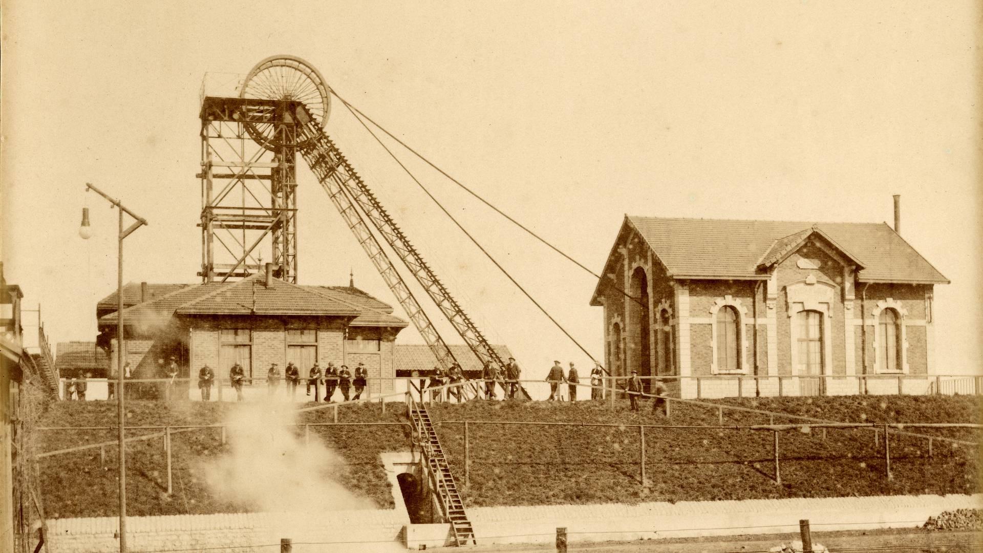 L'ancien puits Saint-Louis à Montceau-les-Mines en 1894. © CUCM, document Écomusée. Reproduction D. Busseuil.