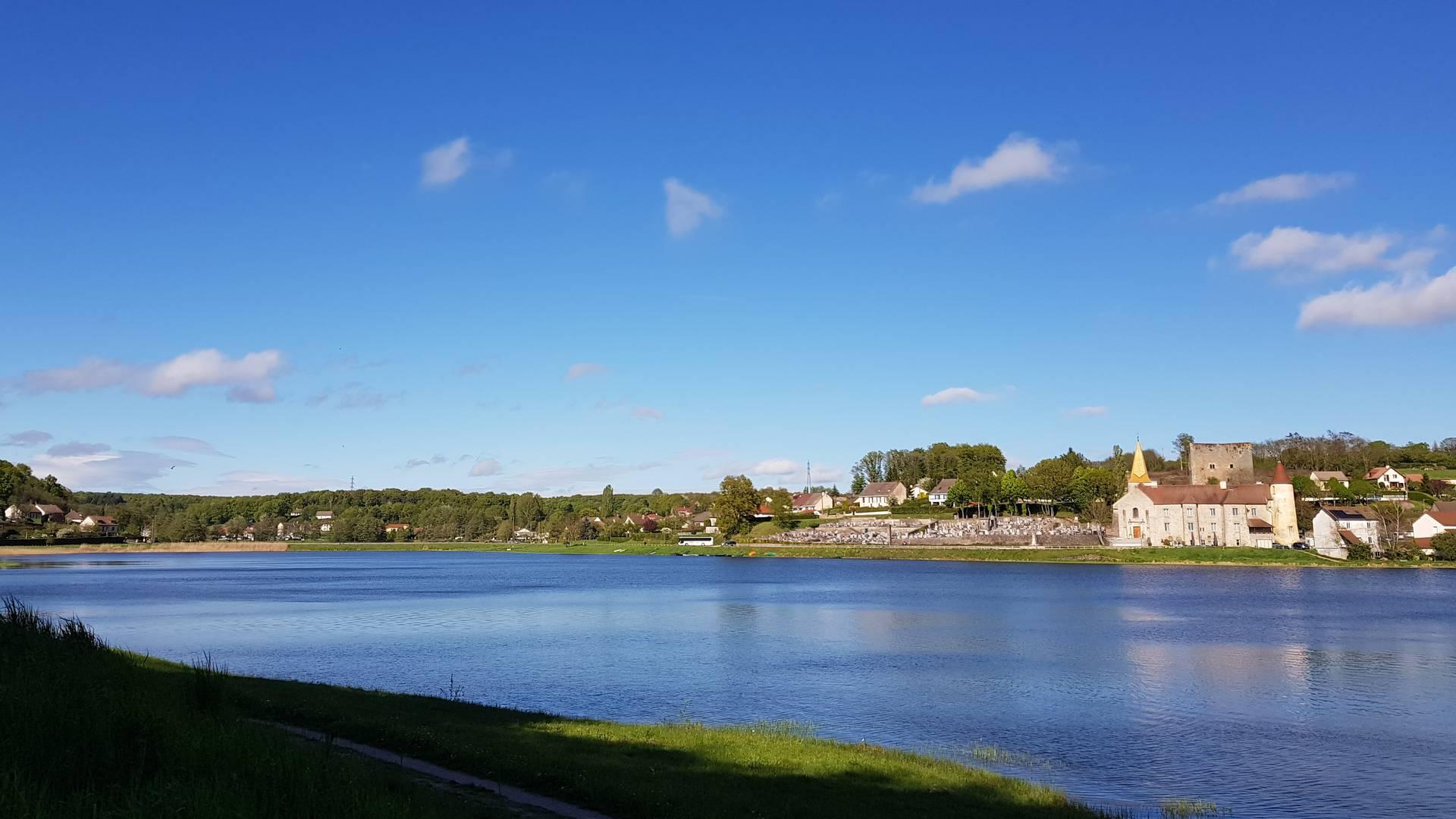 En se promenant autour de l'étang, Saint-Sernin-du-Bois. © Creusot Montceau Tourisme.