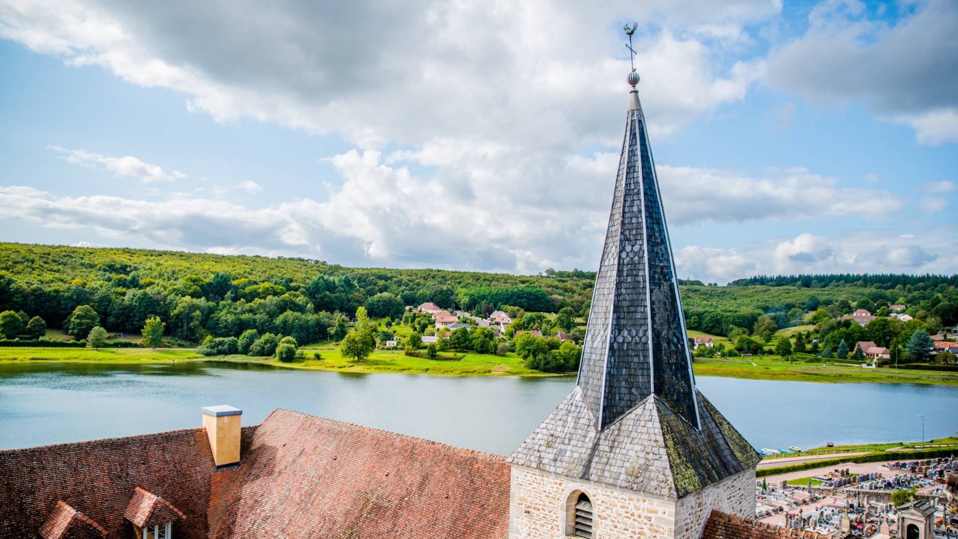 Vue de l'étang de Saint-Sernin depuis le village. © Franck Juillot.