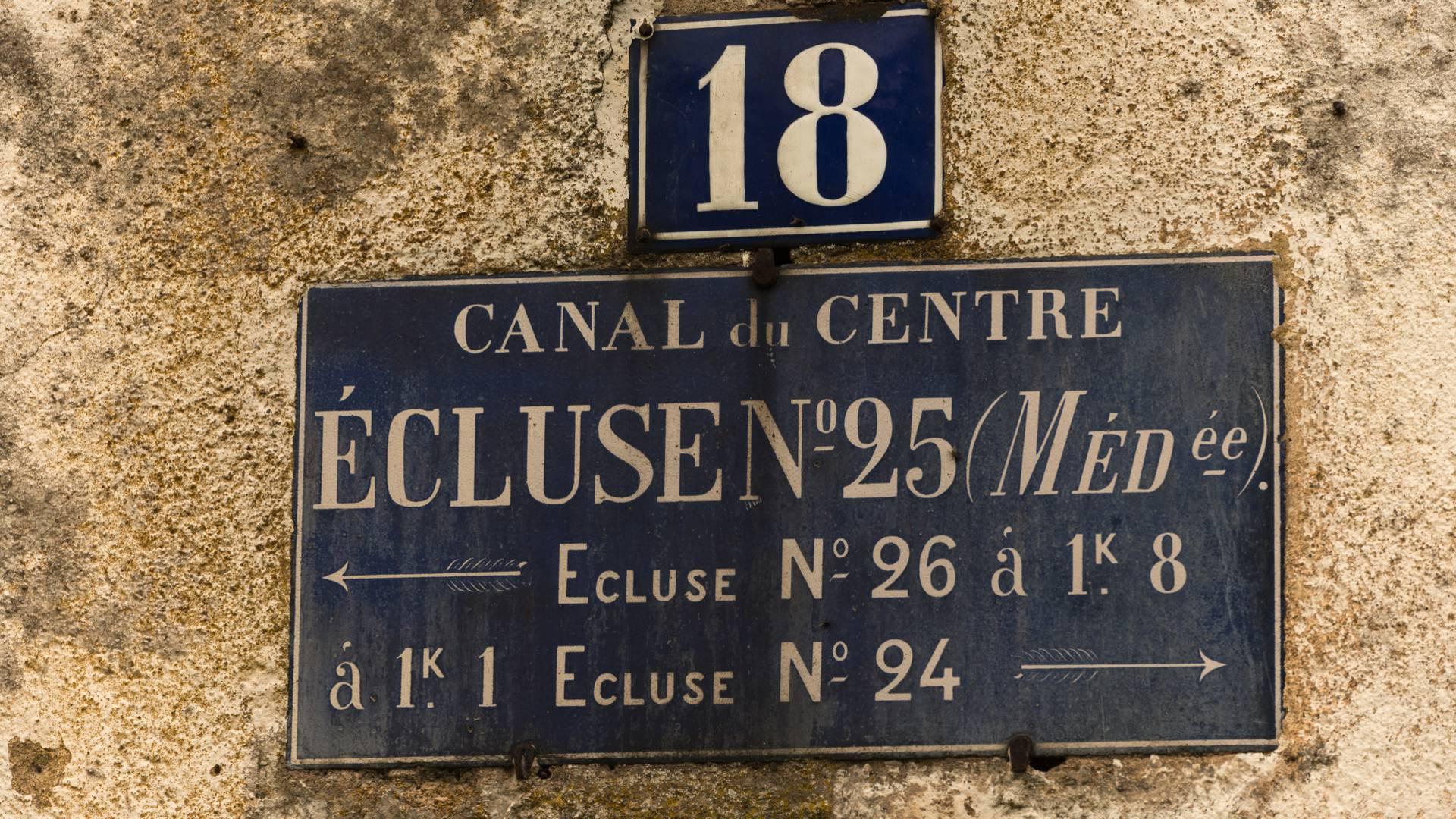 Vieille plaque émaillée apposée sur une maison éclusière, Saint-Julien-sur-Dheune. © Oscara Photogrpahe_Creusot Monteau Tourisme.