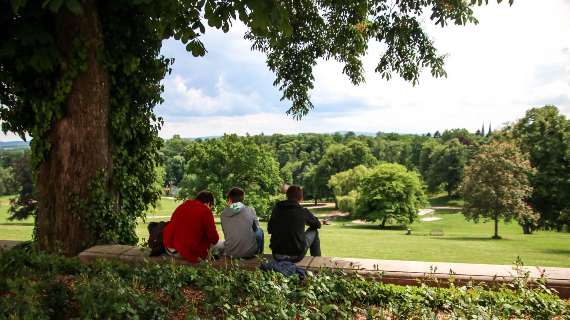 Entre amis dans le parc de la Verrerie, Le Creusot. © Lesley Williamson.
